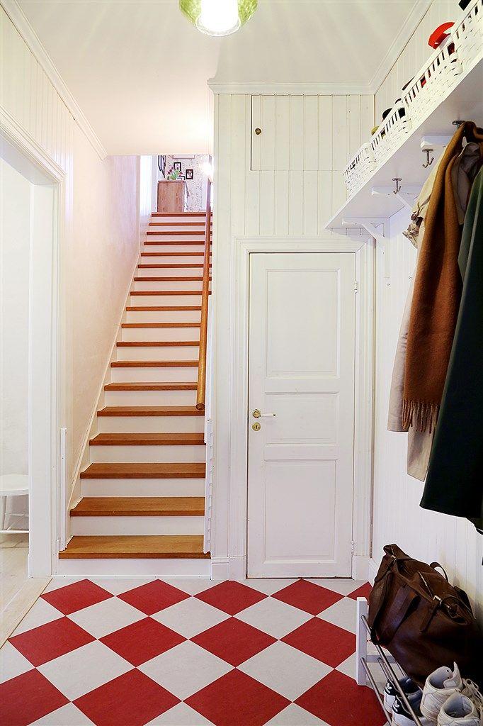 Entré / hall med goda möjligheter att hänga av sig ytterkläderna samt förvaring i klädkammare