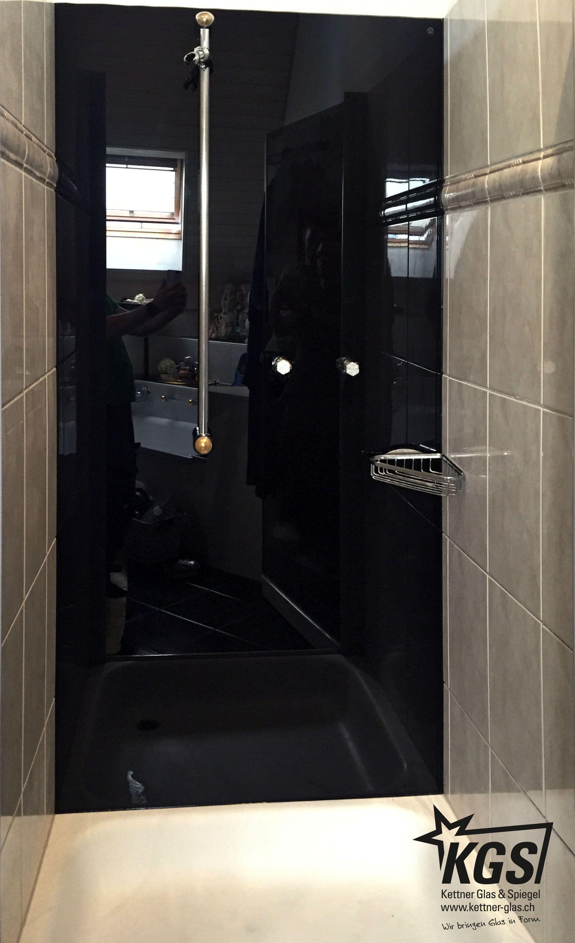 Duschkabine mit tiefschwarz lackierter Glasrückwand und