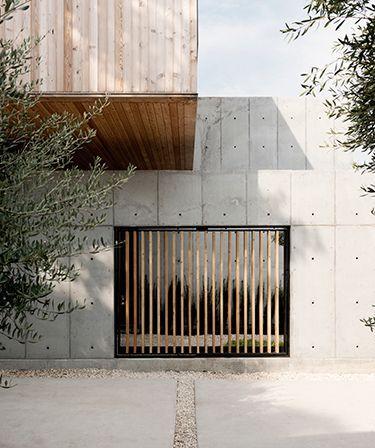 concrete box, em houston | projeto christopher robertson | portas e janelas s�o fechadas por ripas de madeira, que garantem privacidade, mas ainda assim permitem passagem de ilumina��o e ventila��o