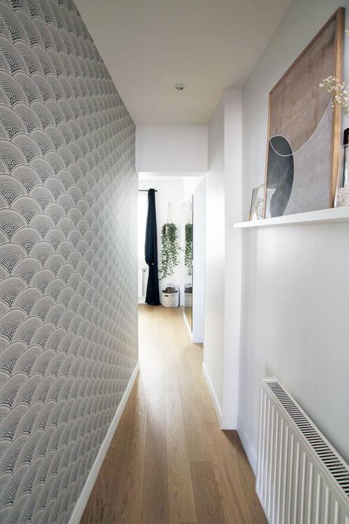 Papier Peint Geometrique Art Deco Feather Fan Noir Et Blanc Dans Un Couloir Visite Privee Un Appartement Idee Deco Couloir Papier Peint Couloir Papier Peint