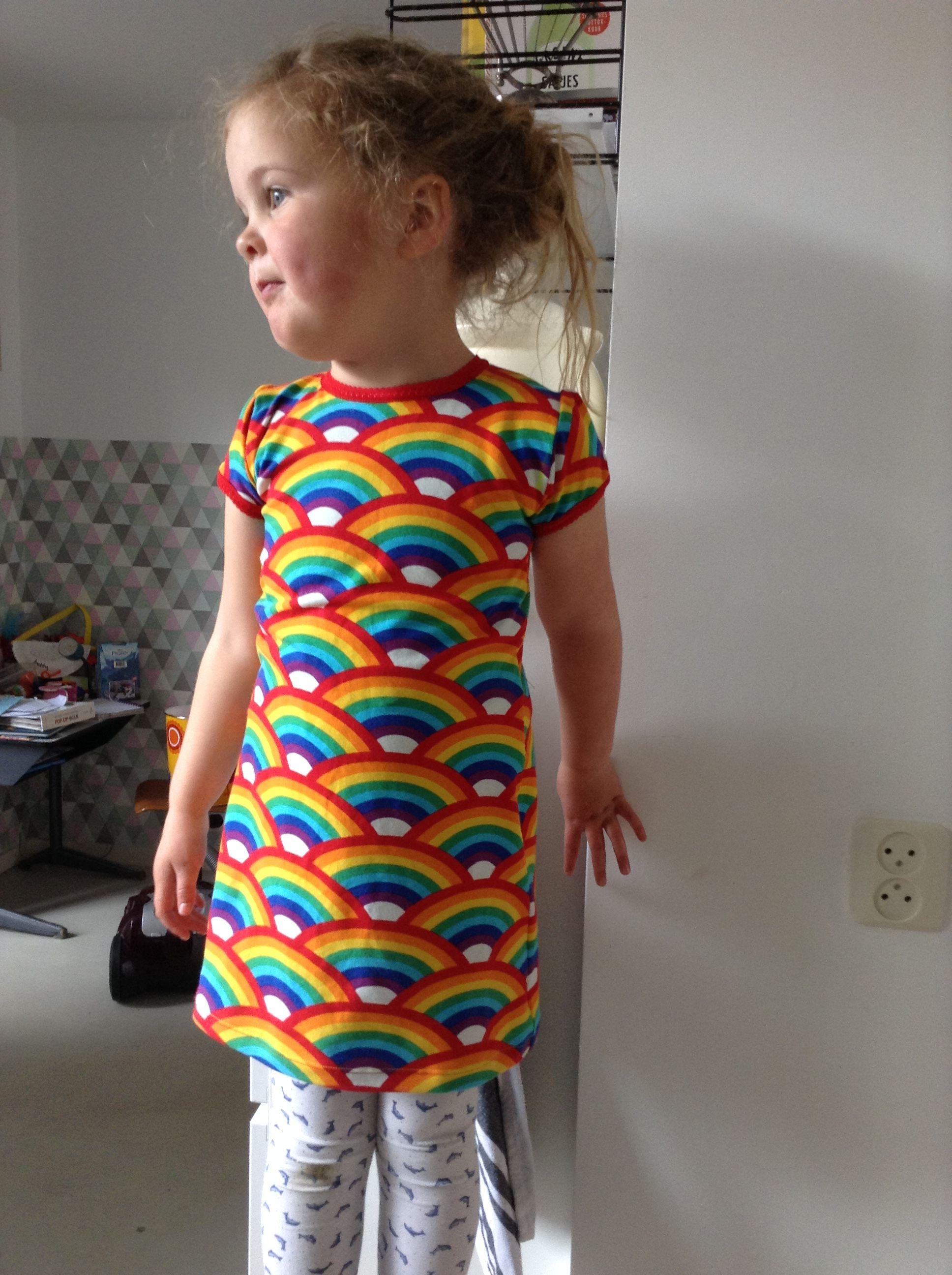 Prachtige regenboogstof van Znok. T-shirt overgetrokken en langer gemaakt.  Mijn dochter zingt de hele dag K3