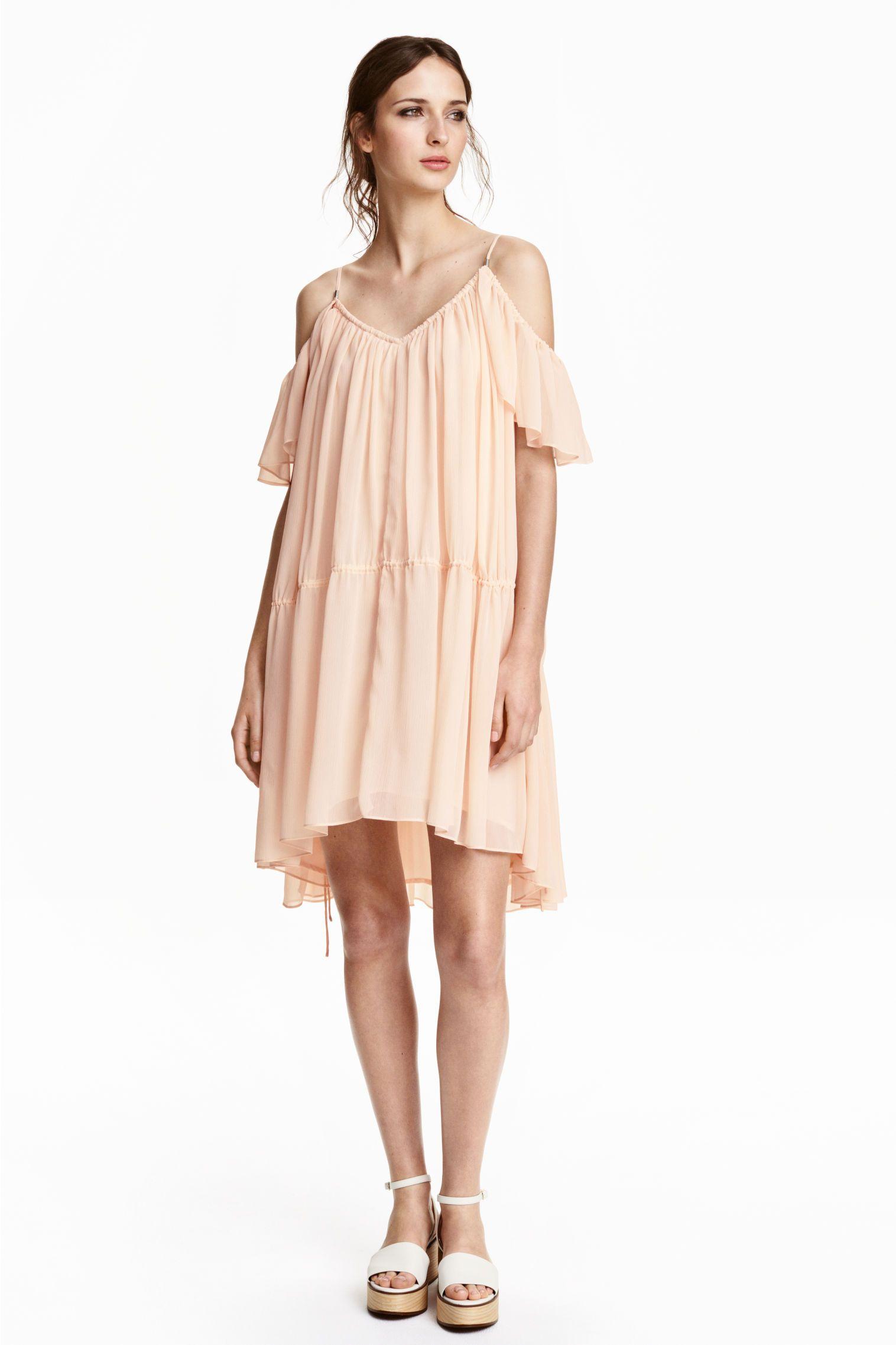 95184f1477b Robe épaules nues  Robe épaules nues courte en mousseline froissée. Modèle  ample avec fines bretelles et courtes manches papillon.