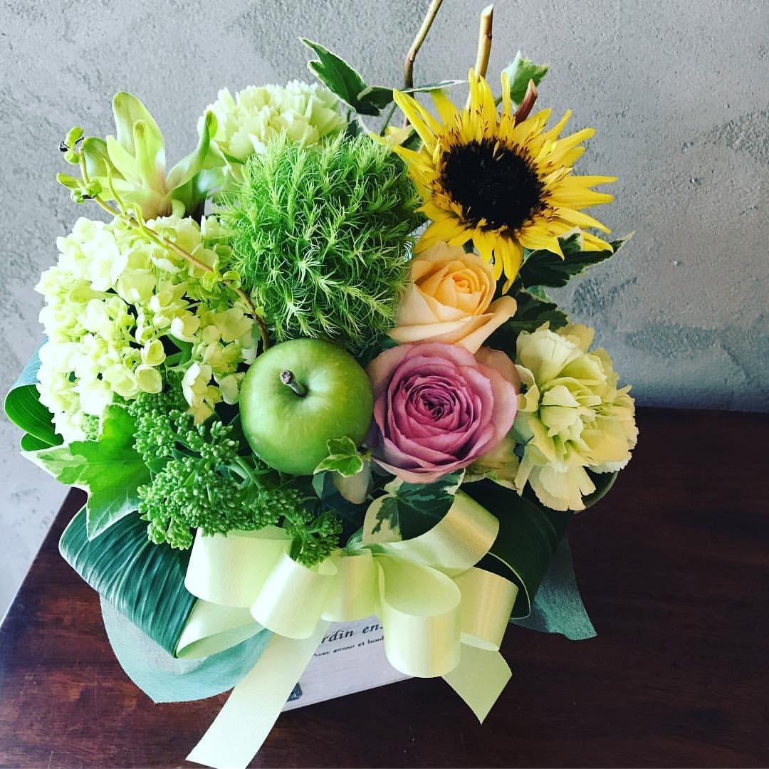 グリーンをメインに夏のアレンジメント お花屋さんの手帳 Flowerworkssaku Saku Flower Florist 花屋 生花 季節の花 フレッシュ 花のある暮らし 植物のある暮らし 癒し 緑 お花 Green Color Na フラワーアレンジメント フラワー リンゴ