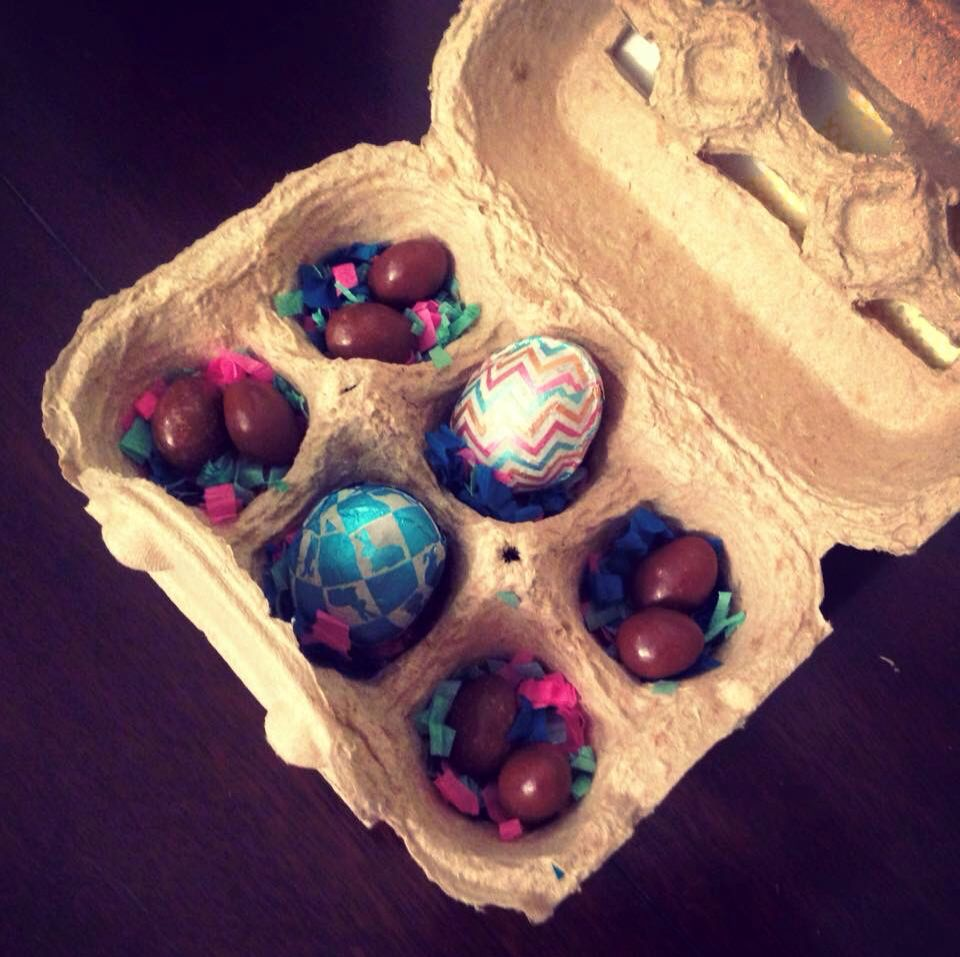 Invitación / canasta de cumpleaños infantil caja de huevos rellenada con huevos de chocolate Pascua con Tema: Gallina Pintadita / Galinha Pintadinha