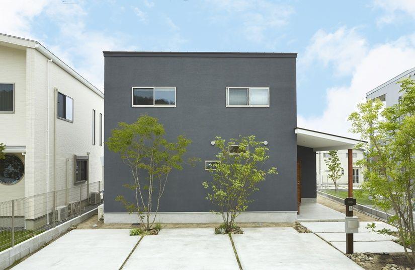 通り土間が出迎えてくれる家 ダークグレーの外壁がかっこいい外観