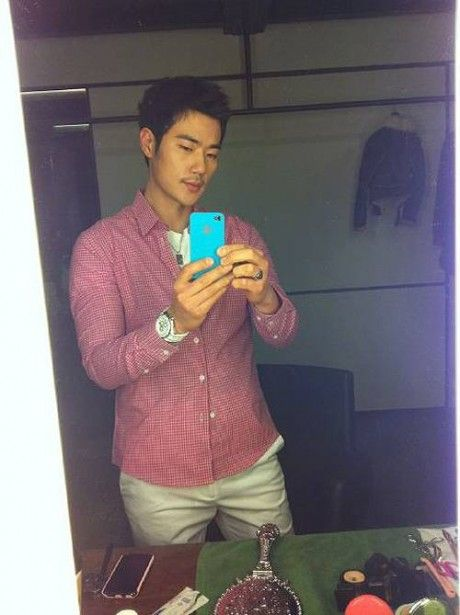 Actor Kim Kang Woo joins the Twitter world This is his twitterhttp://twitter.com/#!/kkw1978