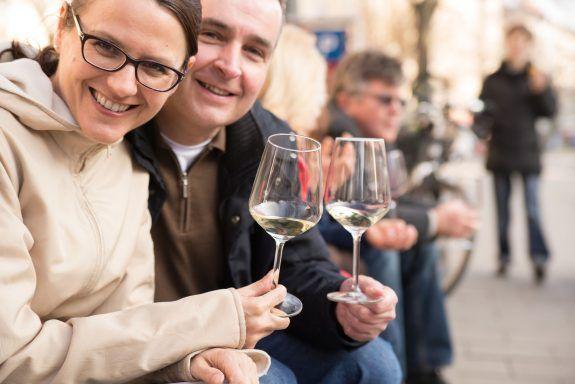 Weininsel Tour in Frankfurt: Genießen Sie eine Weinprobe in außergewöhnlichen Vinotheken.