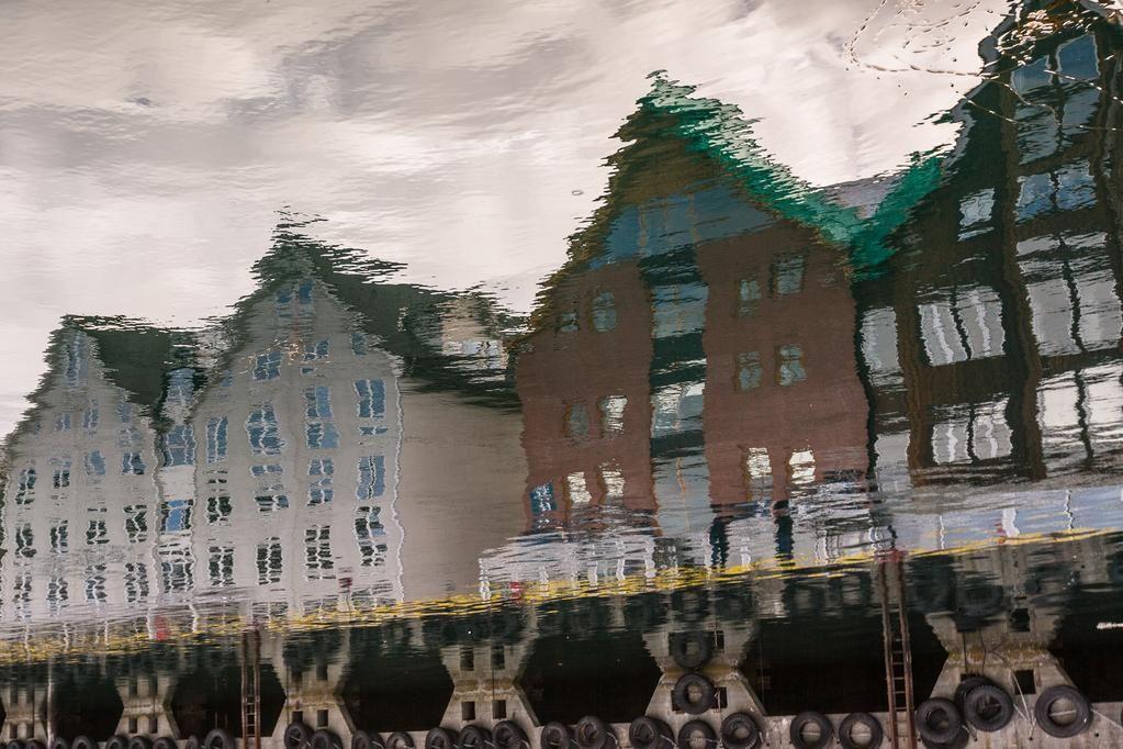Reflejos en Tromsø, perfecta base de operaciones para ver el Sol de Medianoche por @luisete → http://fal.cn/BNa8