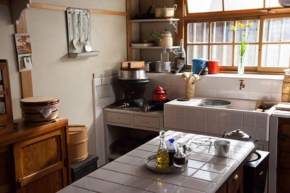 ささやかだけどどこか可愛らしい 昭和モダンな家 キッチンダイニングルーム モダンな家 コテージのキッチン
