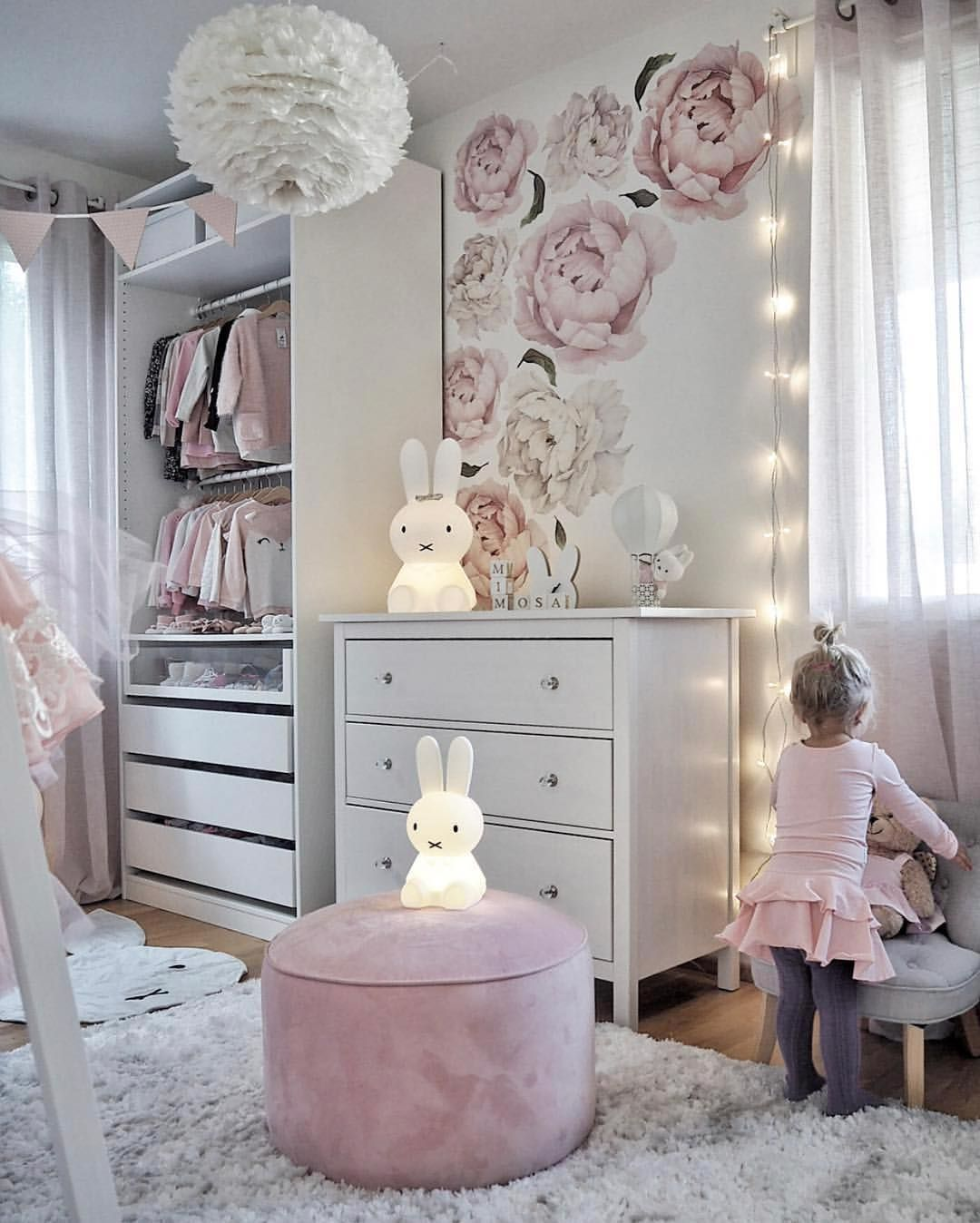 Happy new week! How pretty is this little girl's room by