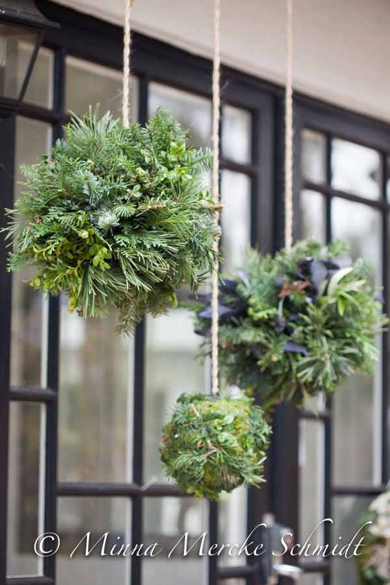 Christmas Balls Vs Wreaths This Is A Nice Geometric Alternative For Your Holiday Decor To The Traditional Wreath Deco Noel Deco Noel Exterieur Decoration Noel