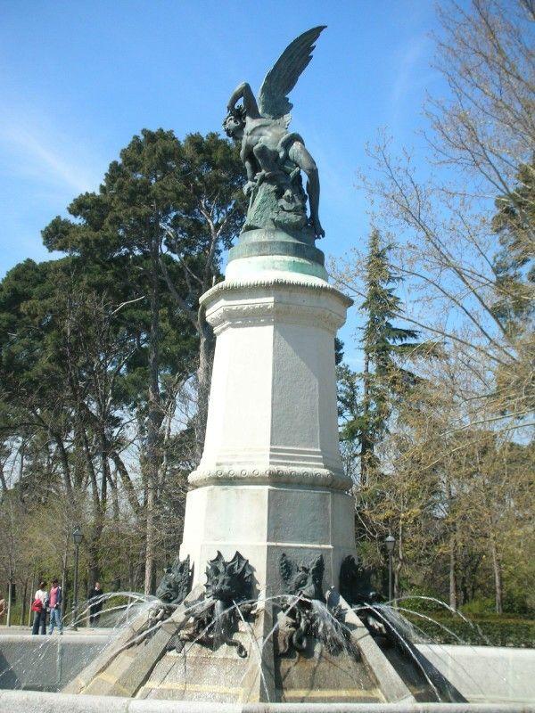 Parque del Retiro, monumento al Angel Caído, Madrid España.