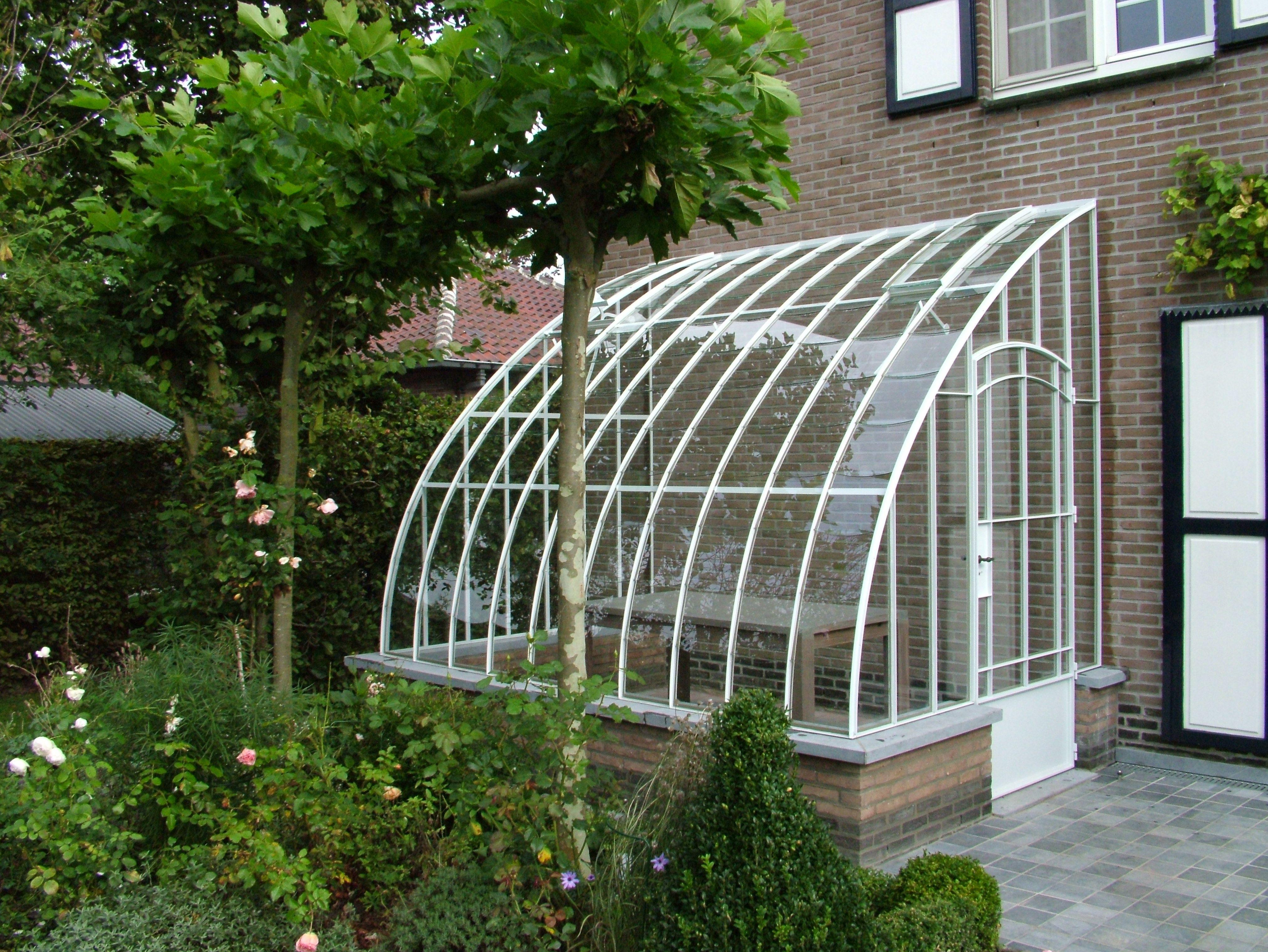 Petite Serre De Jardin A L Ancienne Adossee Avec Porte Cintree Et Toiture Arrondie Serre Jardin Petite Serre De Jardin Amenagement Jardin