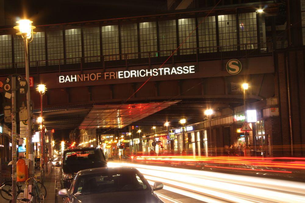 Friedrichstraße bei Nacht... von Laura F.  - Berlin