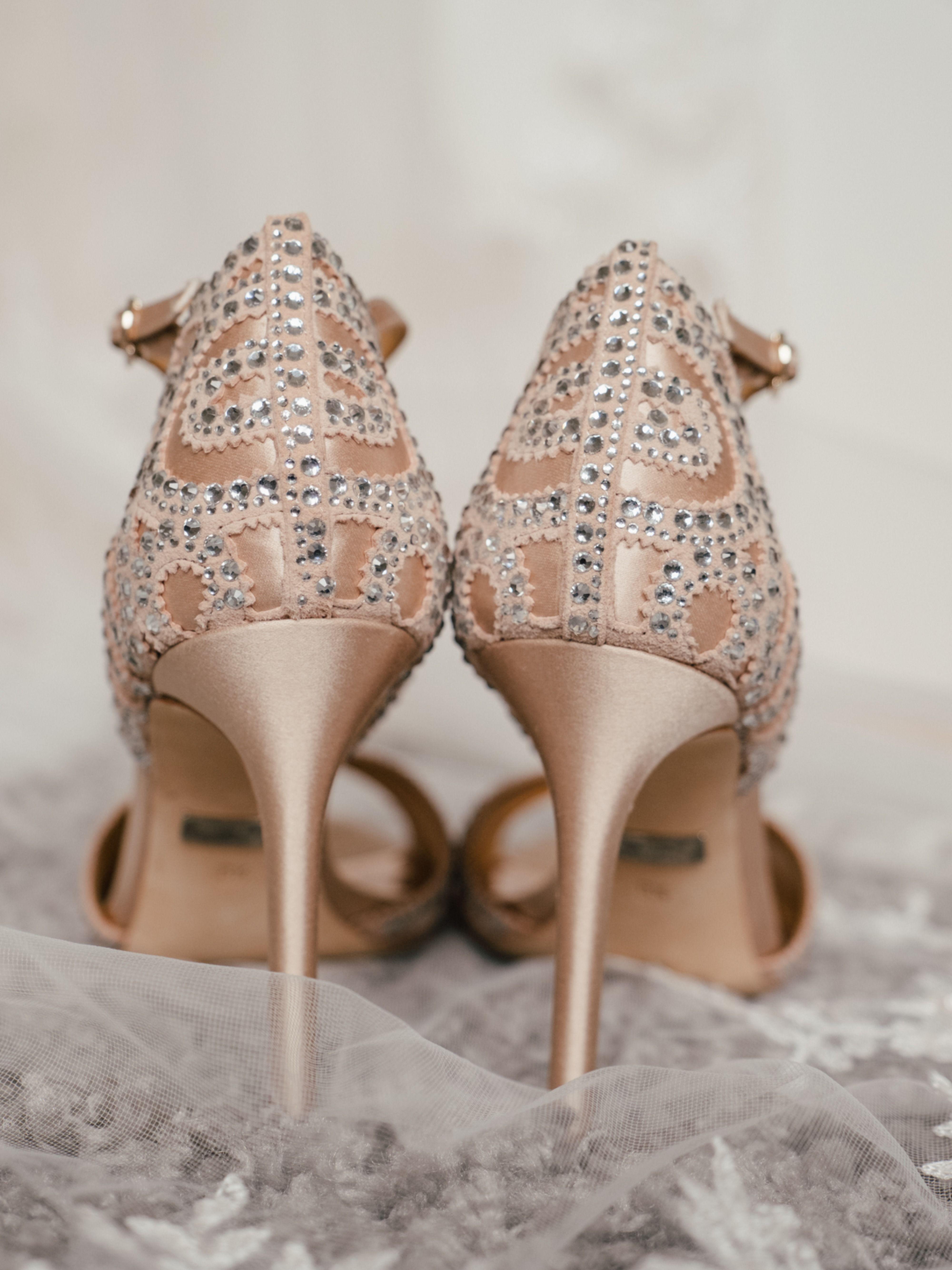 Meine Braut trug am Tag ihrer Hochzeit nicht nur ein wundervolles Brautkleid, sondern auch die passenden Brautschuhe von badgley mischka. Einfach wundervoll. #brautschuhe #brautschuhebadgleymischka #brautschuhevintage #brautschuheboho #badgleymischka #badgleymischkabridalshoes #bridalschoes #badgleymischkashoes