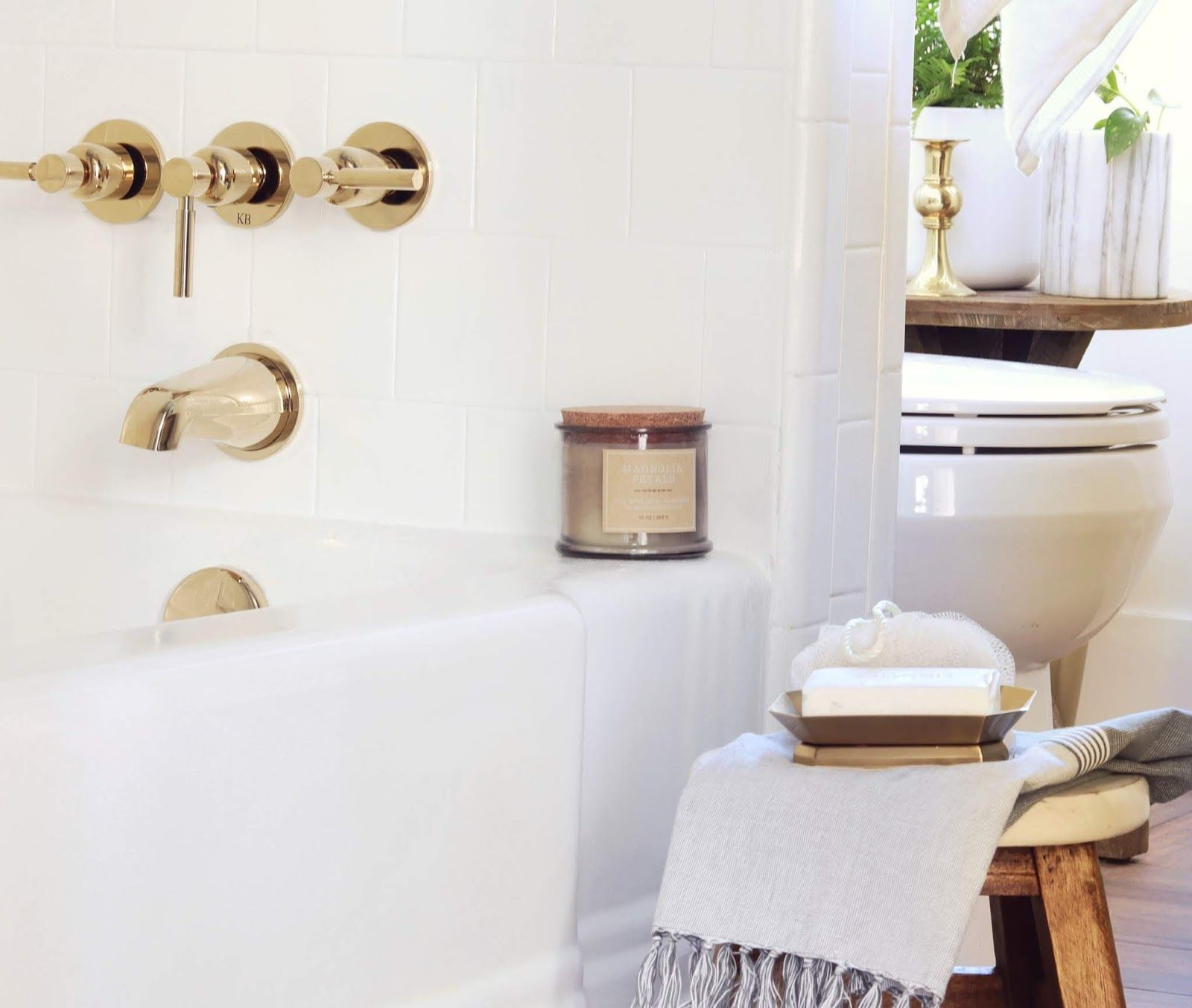 Photo of Bathtub / shower with modern fittings made of polished brass – Made by Carli