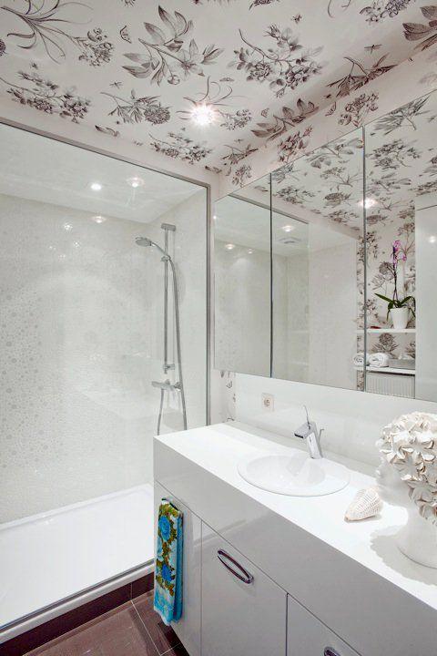Geef je badkamer een hippe look met een leuk opvallend behang ...