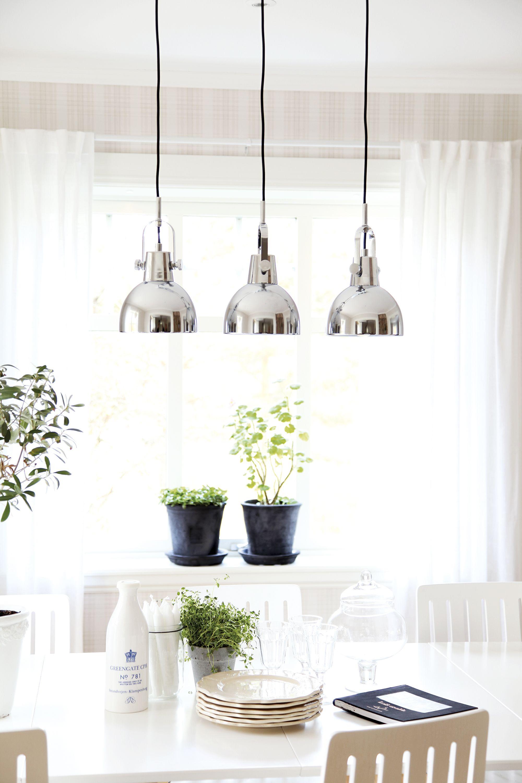 Hoopy taklampa i krom, finns också i vitt. Hoopy hanginglamp