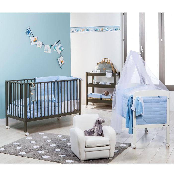 Jungenzimmer für zwei Babys, Wände in Blau und Weiß, Holzbetten mit