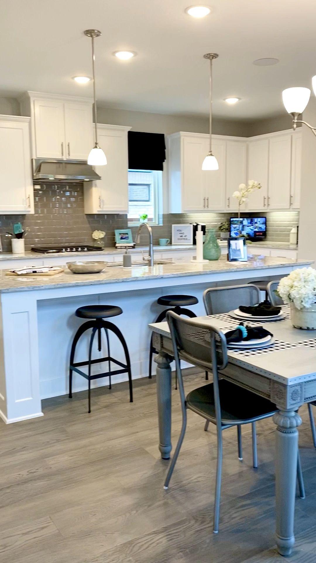 Photo of Salone aperto di concetto della cucina bianca della fattoria