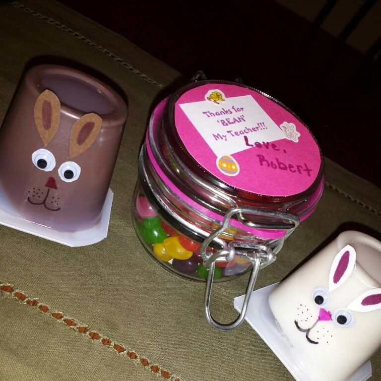 Easy diy easter spring kids snack treat pudding.  Easter bunny rabbit pudding cup snack pack, made with marker googly eyes, and scrapbook paper. Teacher spring gift thanks for 'bean' my teacher. Jelly beans placed in a cute jar or Mason jar with easy homemade label and stickers to finish off!