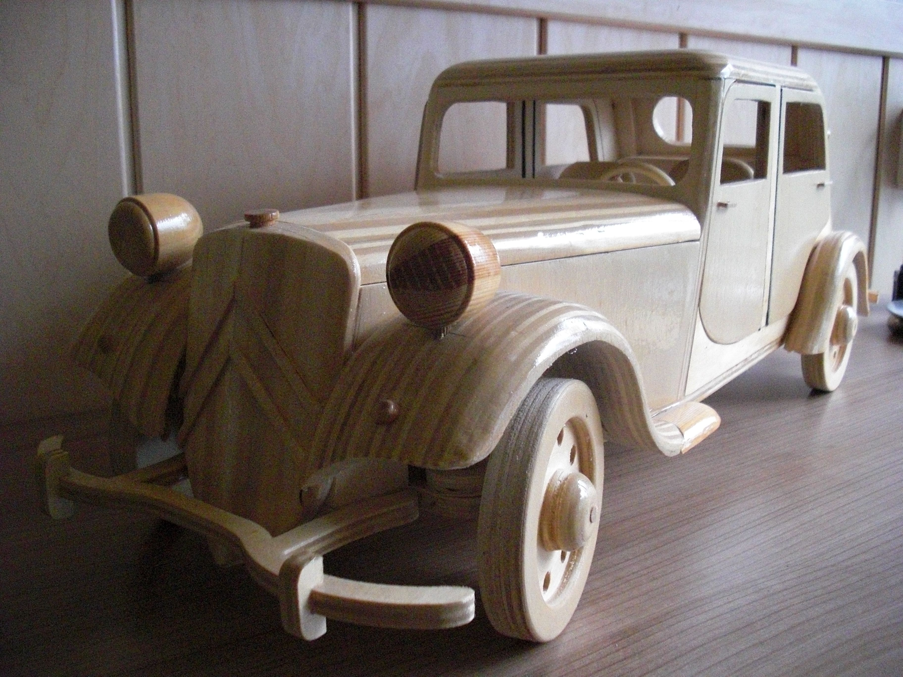 Auto gemaakt van hout, door mijn man...