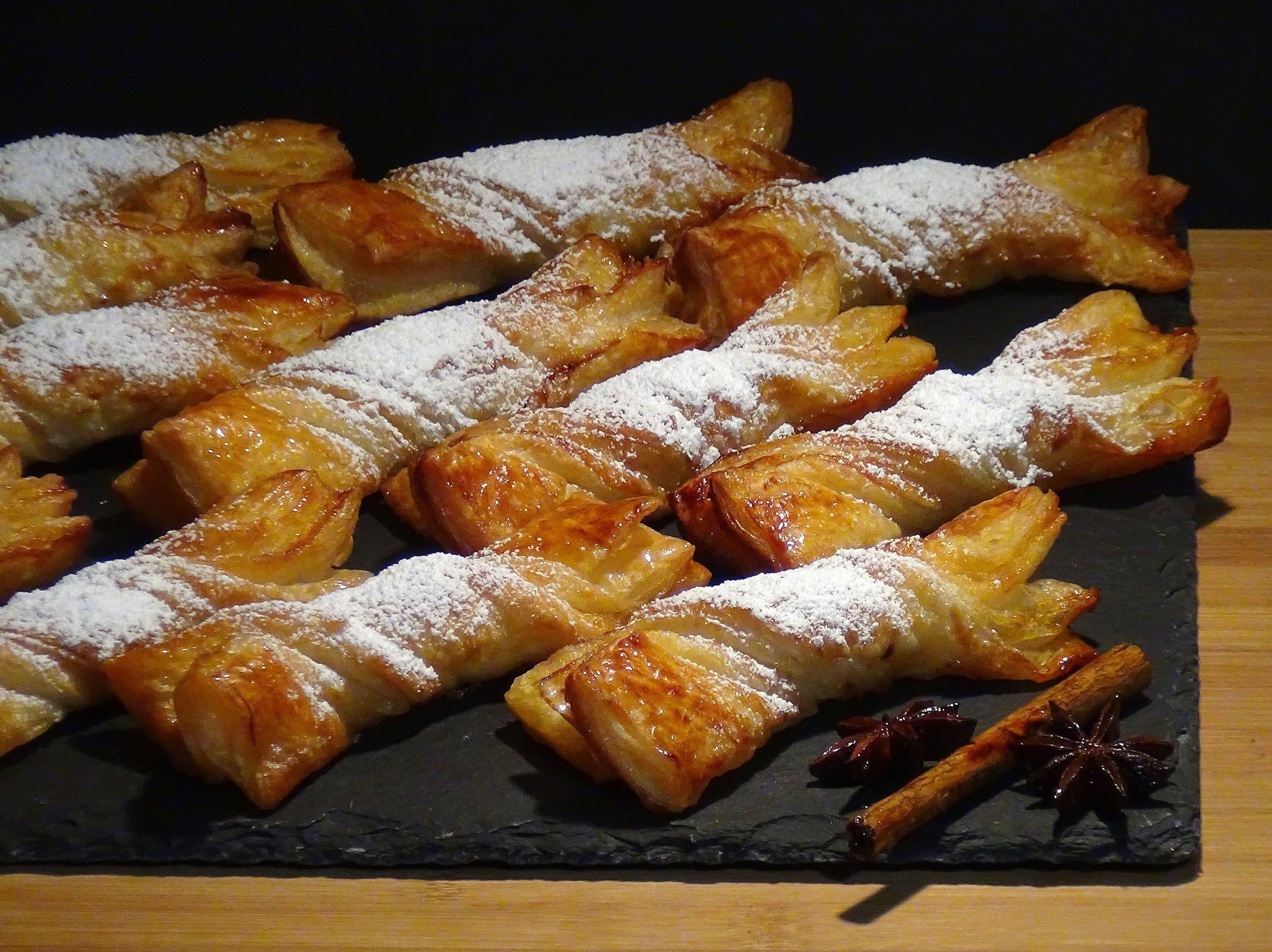 Lazos de hojaldres a la miel, deliciosos y fáciles de preparar, un placer al alcance de cualquiera.  Receta en mi Blog: http://lacocinadelolidominguez.blogspot.com.es/2015/11/lazos-de-hojaldres-la-miel.html  Videoreceta: https://www.youtube.com/watch?v=pi_hd7DOkrY