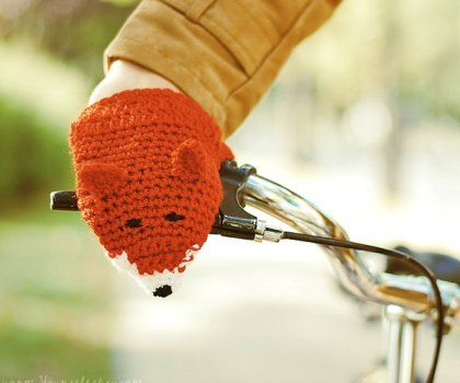 I REALLY want to make these mittens! Lisy - wiosenne ocieplacze rowerowe