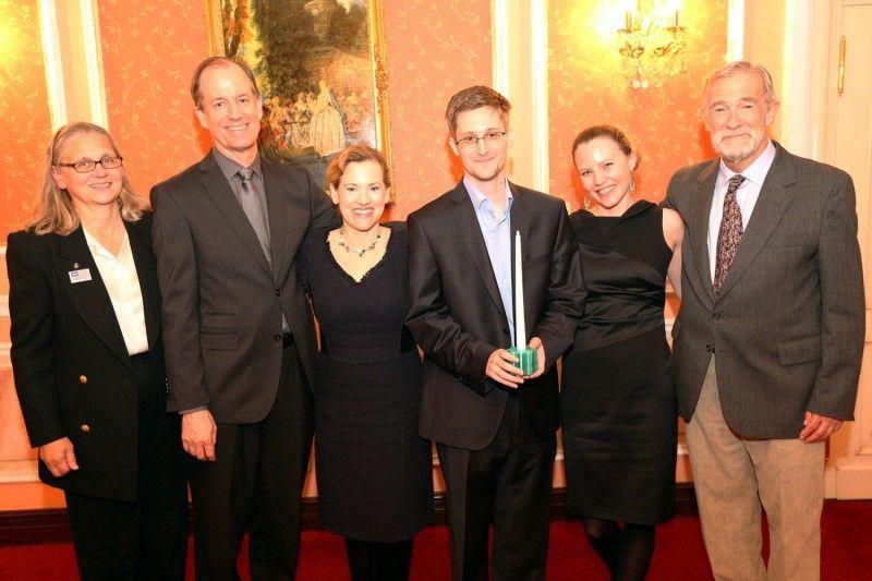 Imágenes de Edward Snowden recibiendo el premio Sam Adams en Moscú