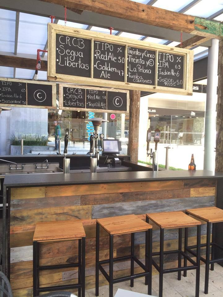 Barra hecha de maderas reciclada pallets art recicla reinventa arte mesas restaurant - Barra bar madera ...