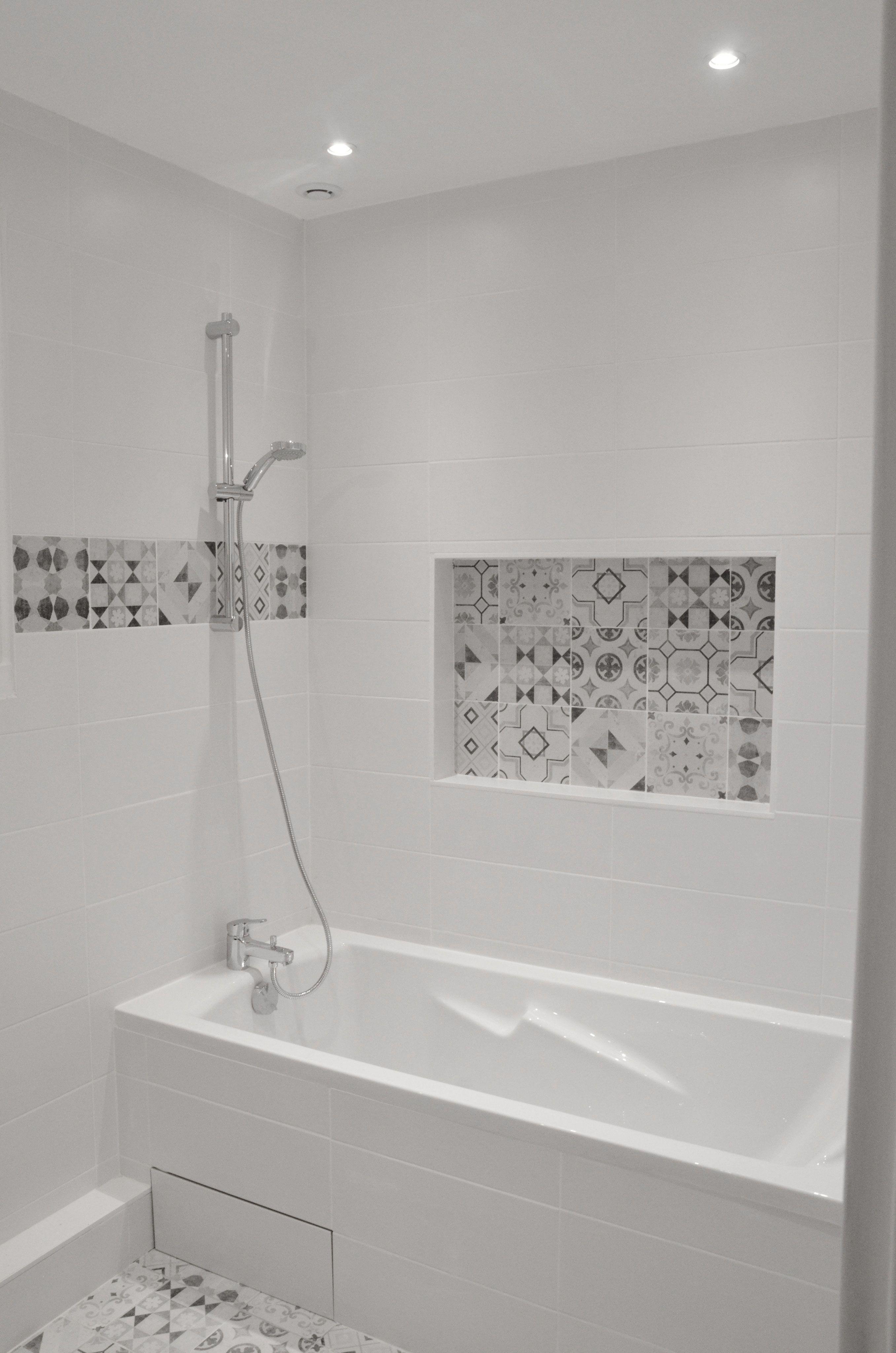Salle bains claire, lumineuse. Carreaux de ciment et niche ...