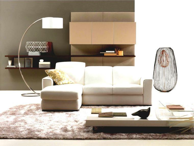 soggiorno con muri color tortora, lampada a pianta di design, tavolo ...