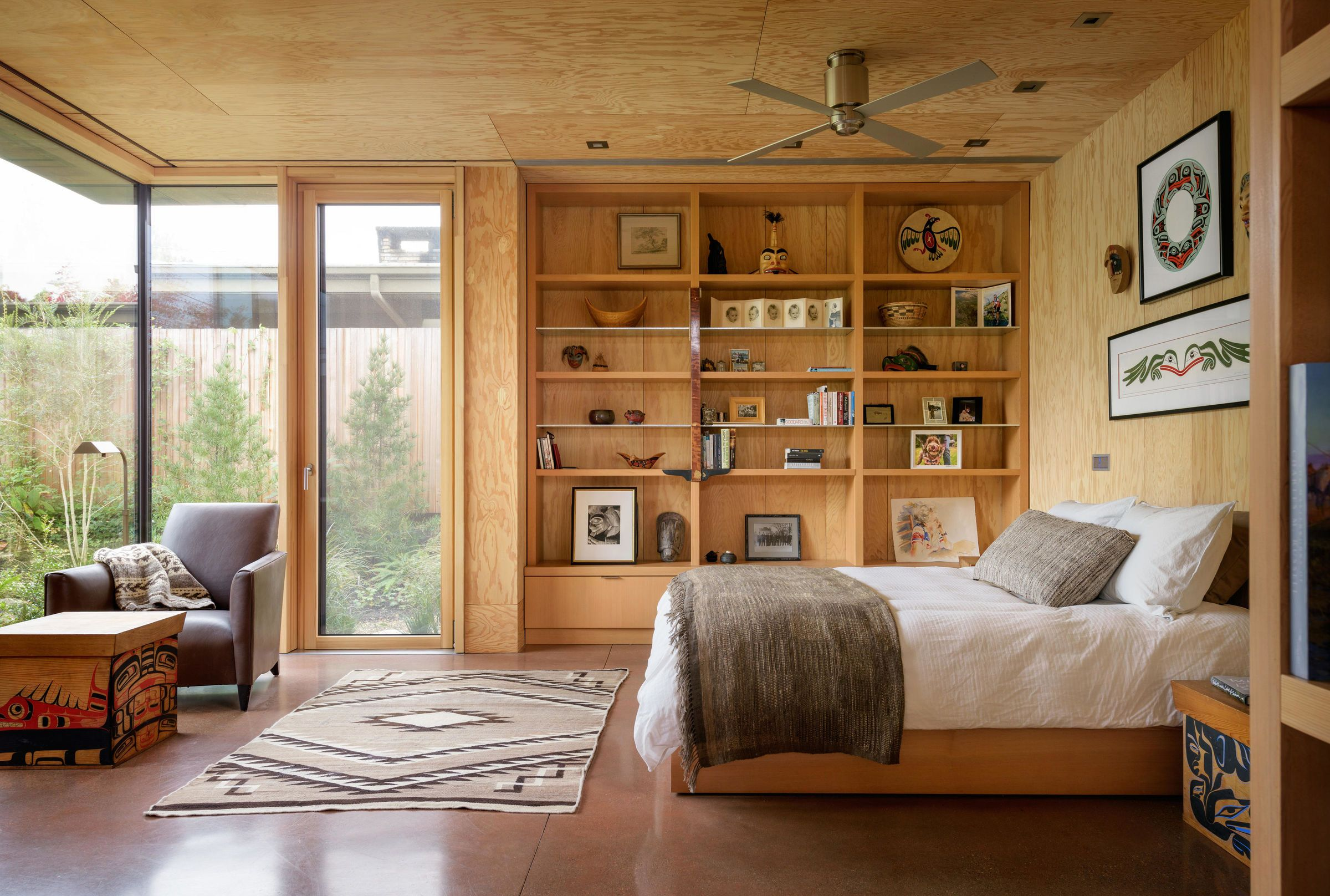 City Cabin Home, Shelves in bedroom, Mid century house