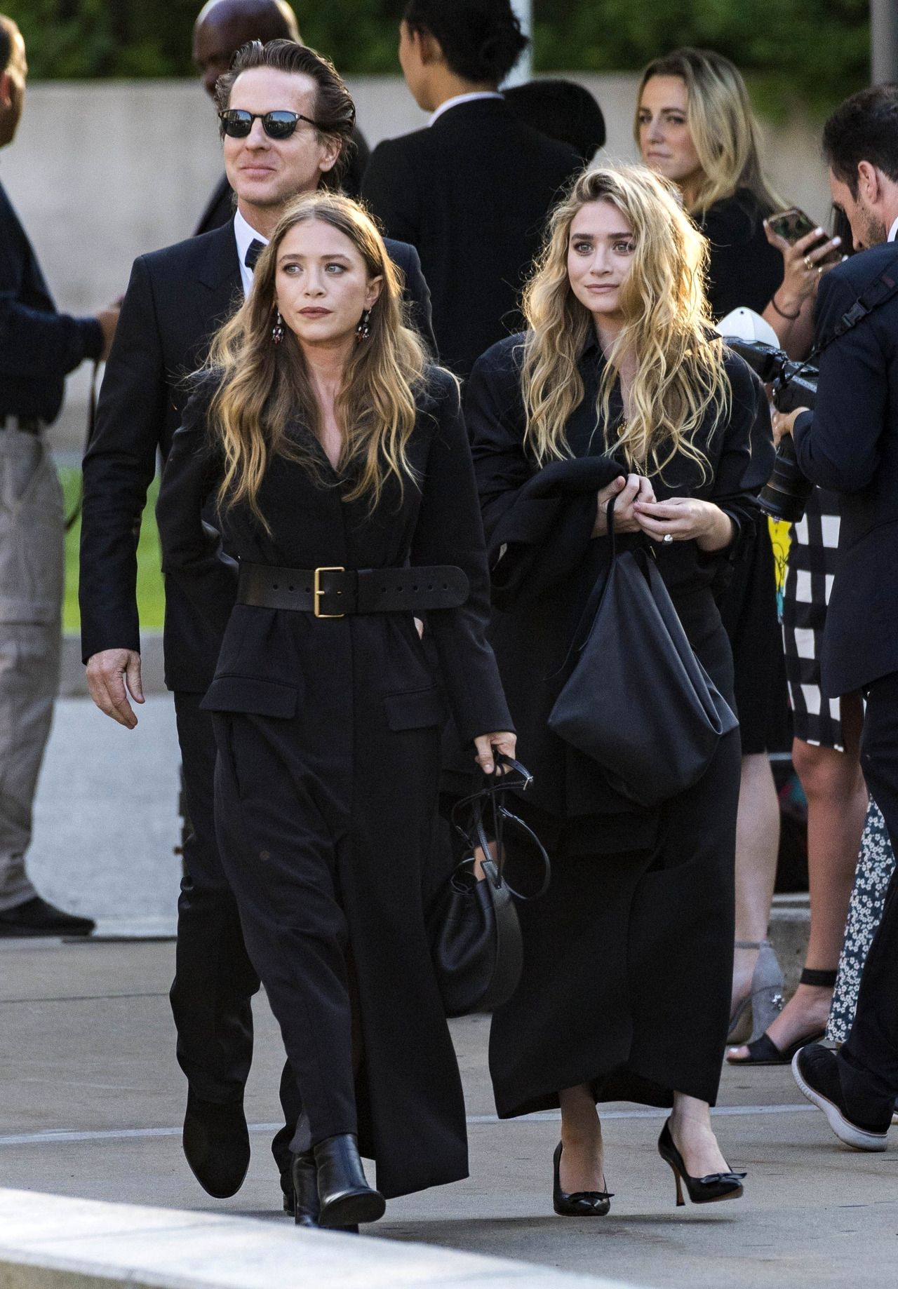 The Olsen Sisters Debut Their Signature Fragrances foto