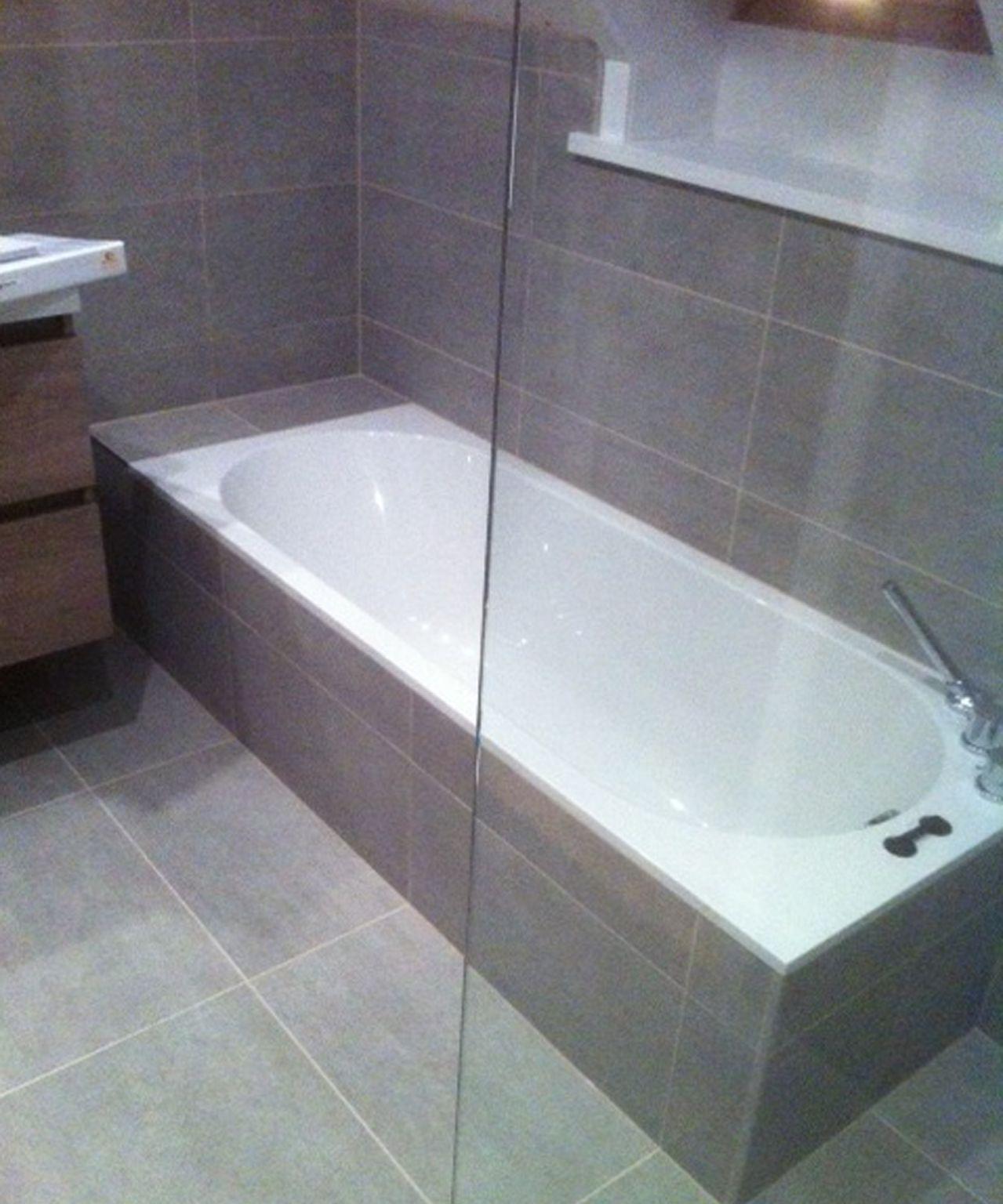 bad afgewerkt met tegels naast inloopdouche bad villeroy boch