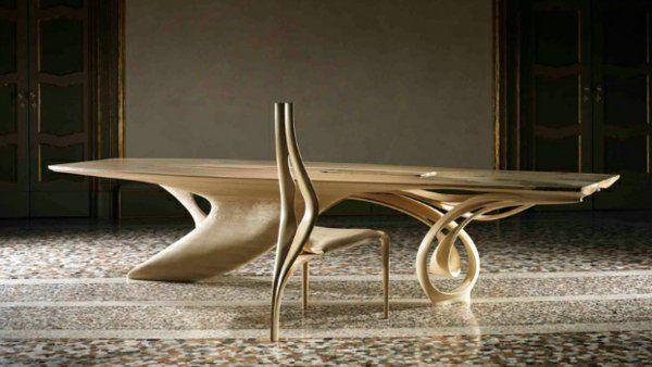 massivholz tisch kunstvoller Stuhl mit drei Beinen