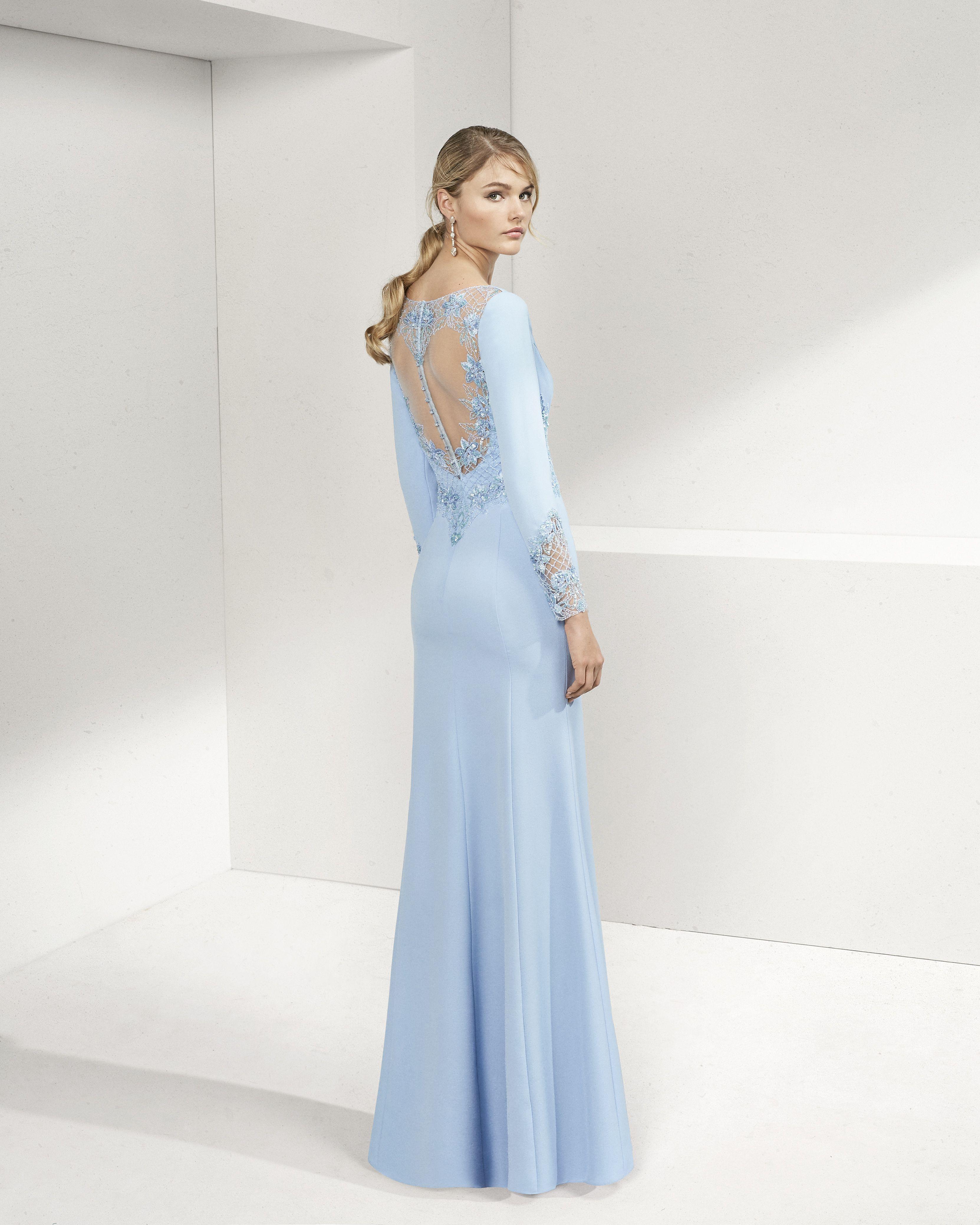 4b98a4432b4 Beaded crepe cocktail dress. V-neckline and long sleeves. 2019 ROSA CLARA  COCKTAIL Collection — Vestido de fiesta de crepe y pedrería.