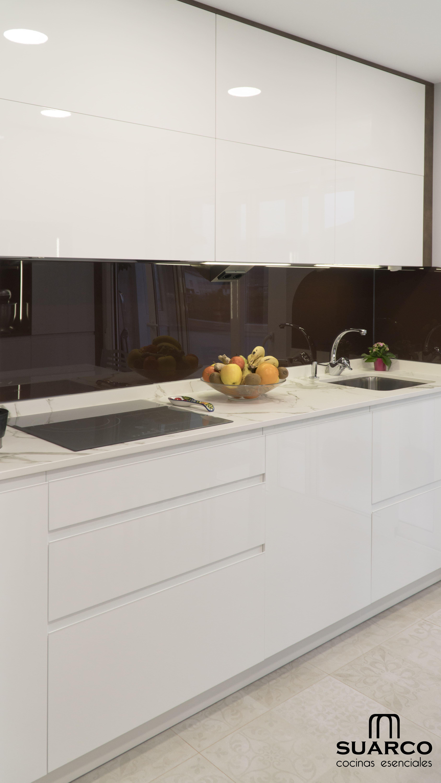 Cocina moderna de 9 m2 con un amueblamiento con dos - Cocinas suarco ...