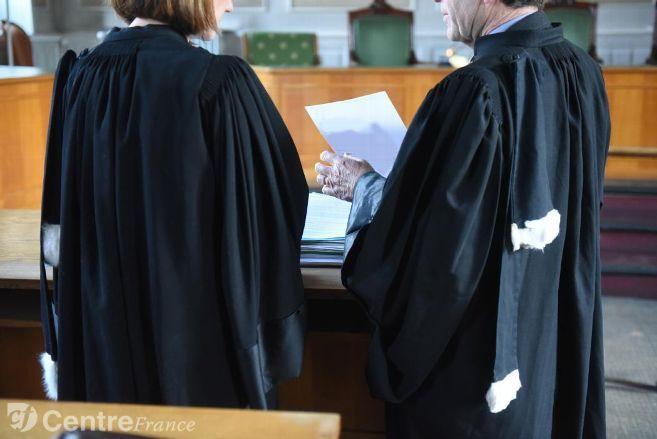 Robe d'avocat bordeaux