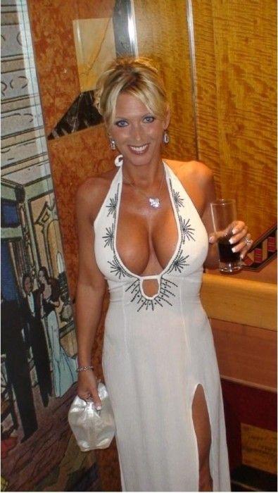 Sexy amateur milf plays