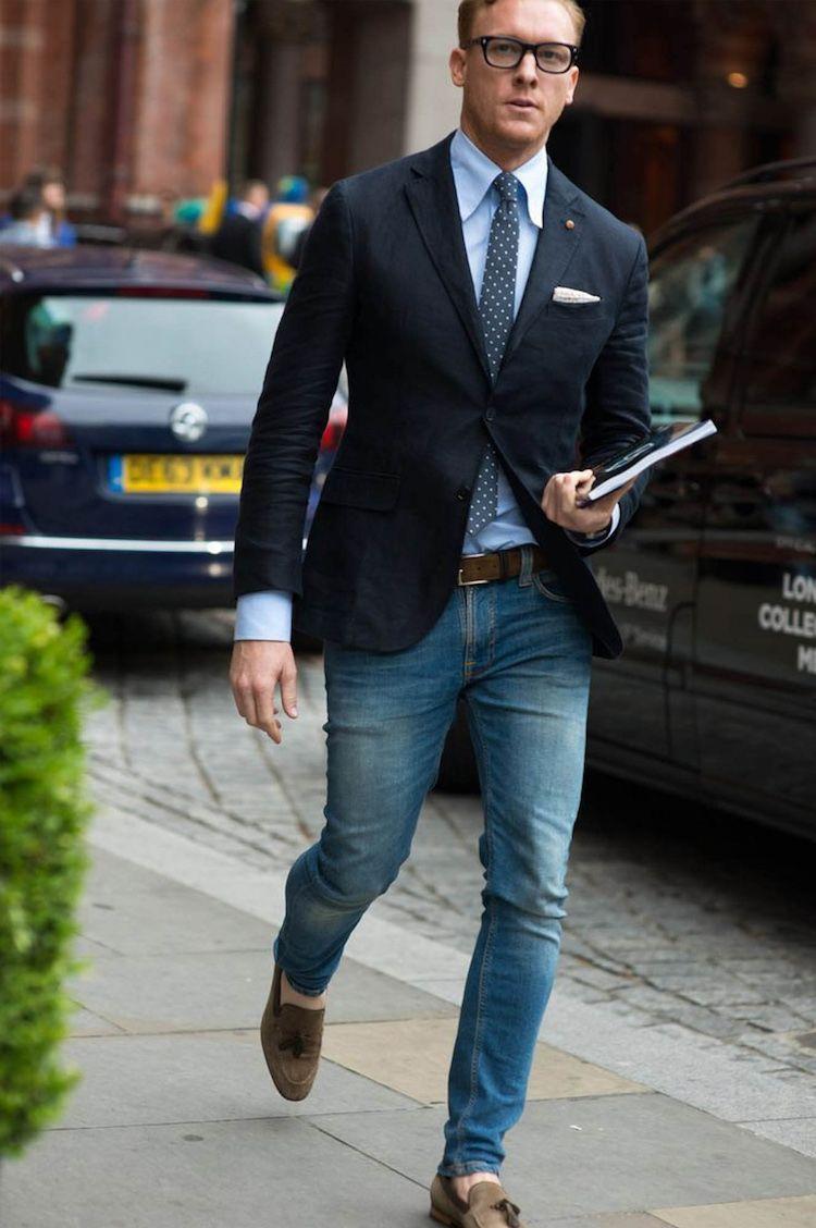 f13f36391cf4b Alerte mode masculine   le blazer homme se porte avec un jean et avec une  très grande assurance. blazer homme veste noire chemise blue cravate jean  ...