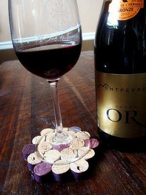 porta taças de vinho feito de rolhas de vinho, óbvio não?