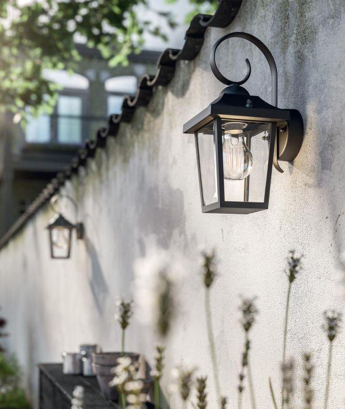 Philips myGarden Buzzard: Die Wandleuchte wird mit ihrem Retro-Design zum echten Hingucker in Ihrem Außenbereich. Die klassische, traditionelle Formgebung wirkt harmonisch und schafft ein stilvolles und einladendes Ambiente in Ihrem Garten. Zieren Sie Ihre Mauern ums Haus oder im Beet. Die Außenleuchten schaffen ein mediterranes Ambiente. #wandleuchte #außenleuchte #garten #terrasse #außen #beleuchtung #mauer #beet #haus #laternen #mediterran #toskana #retro #reuterde #reuter #dekoeingangsbereichaussen