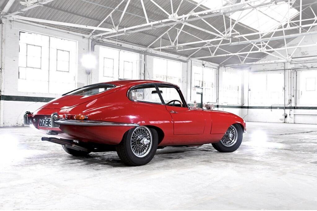 """Jaguar E Type. Cuando Enzo Ferrari lo vio en 1961, se alejó y dijo: """"es el coche más bonito que haya visto nunca""""."""