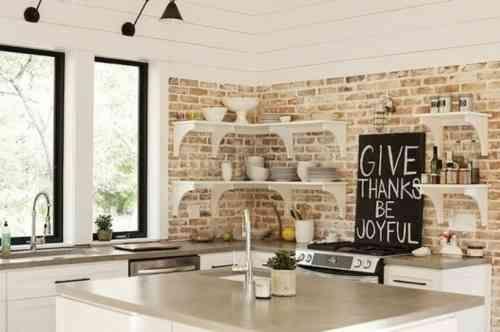 Une vue d'une cuisine claire et spacieuse