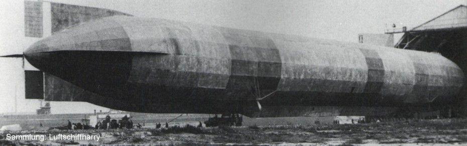 Dirigible LZ 37-El LZ37 Zeppelin en el hangar en Colonia, donde fue reparado justo antes de salir para su última misión.