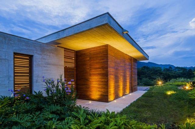 Ebenerdiges Haus Flachdach Beton Holz Bodenleuchten