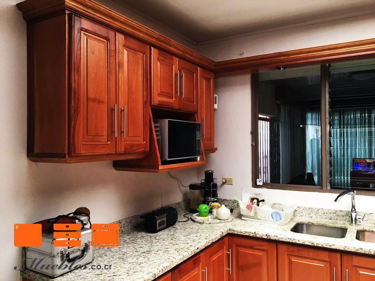Cocina de madera tono natural y microondas empotrado. | Muebles de ...