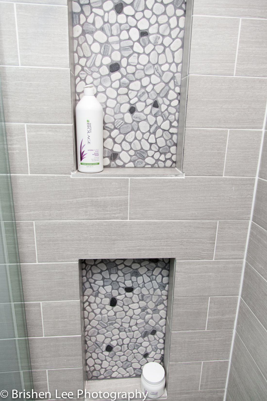 Badezimmer ideen fliesen dusche two shower nooks with marble pebbles and horizontal grey porcelain