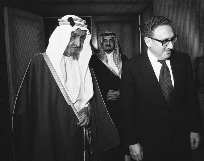 الملك فيصل وبجواره وزير الخارجية الأمريكي الأسبق هنري كسنجر King Faisal Saudi Men Saudi Princess